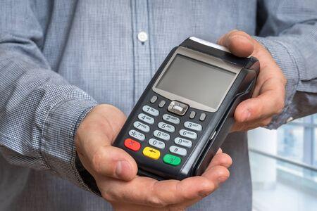 Terminal de paiement à la main de l'homme - concept de transfert d'argent bancaire Banque d'images