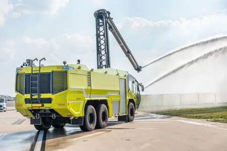 Fire truck on the airport runway with equipment for firefighting operations Stockfoto