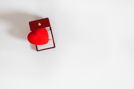 Bright red heart in opened leather jewelery box on white background with copy space, top view 스톡 콘텐츠 - 122173281