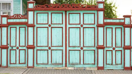 Beautifull gate and door, wicket and fence. Tall painted barrier. Russian style. Wooden architecture. Hand made carving, pattern Horizontal Stockfoto