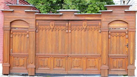 Beautifull gate and door, wicket and fence. Tall painted barrier. Russian style. Wooden architecture. Hand made carving, pattern Horizontal Stockfoto - 128453476