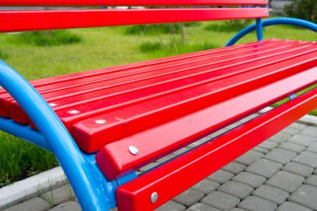 Vue de face d'un banc dans le parc. Banc de parc gros plan en perspective. Bancs de jardin en bois. Banc en bois de jardin extérieur dans le parc pour se détendre. Banque d'images