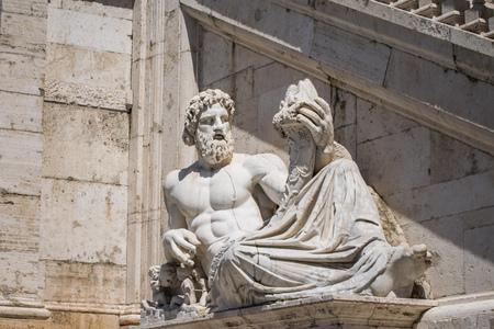Sculptuur van de rivier de Tiber in het Capitolium geschaafd door Michelangelo, Piazza del Campidoglio, Senatorial Palace From Rome