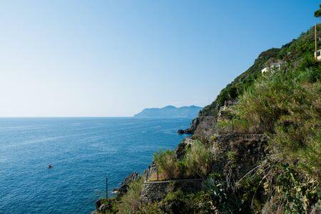 Riomaggiore Cliffs over the blue sea, Cinque Terre, La Spezia, Italy Banco de Imagens - 133427687