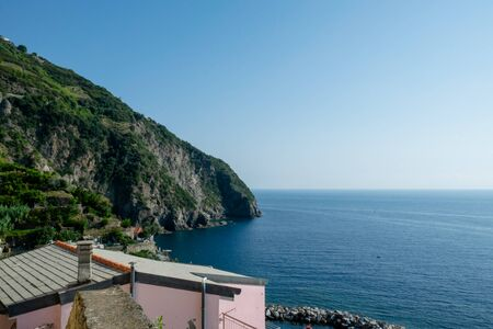 Riomaggiore Cliffs over the blue sea, Cinque Terre, La Spezia, Italy Banco de Imagens