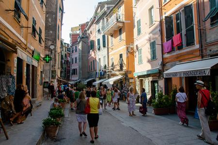 A street populated with tourists in the city of Vernazza, Cinque Terre, La Spezia, Italy Banco de Imagens - 133426078
