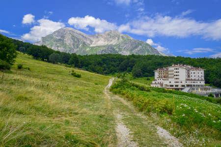 Gran Sasso mountains chain, Prati de Tivo, Teramo Province, Abruzzo Region, Italy Foto de archivo - 155221122