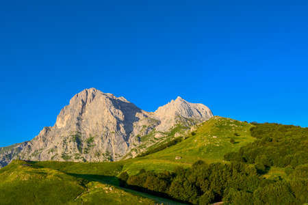 An overview that captures the mountain chain Gran Sasso located in the National Park Gran Sasso in Prati di Tivo,Teramo province,Abruzzo region Italy Foto de archivo