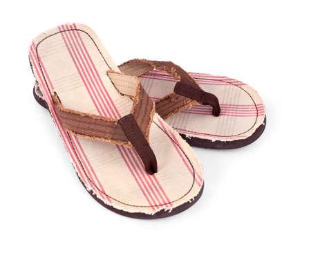 sandalias: par de chanclas masculino aisladas sobre fondo blanco
