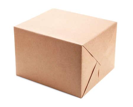 paper packing: Paquete envuelto con papel de embalaje marr�n aislado en blanco