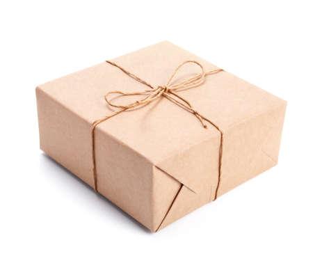 paper packing: Paquete envuelto con papel de embalaje marr�n atada con una cuerda aislado en blanco