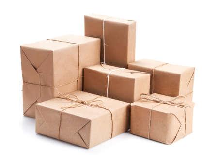 paper packing: Grupo de paquete envuelto con papel marr�n de embalaje aislado en blanco