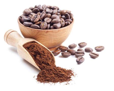 挽いたコーヒー、白い背景で隔離のコーヒー豆 写真素材