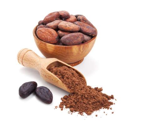 polvos: cacao y granos de cacao en polvo aislado en el fondo blanco
