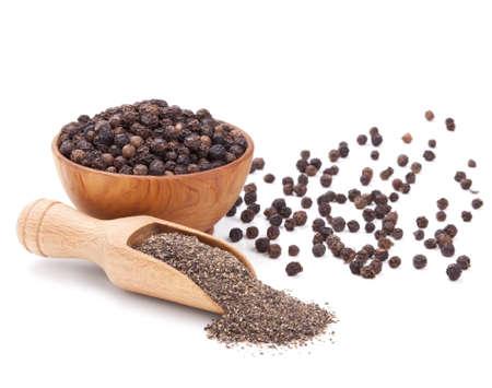 pimienta negra: pimienta molida negro aislado sobre fondo blanco