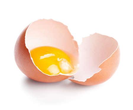 白い背景に分離された壊れた卵