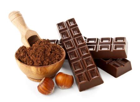 avellanas: barras de chocolate con cacao en polvo aislado en el fondo blanco