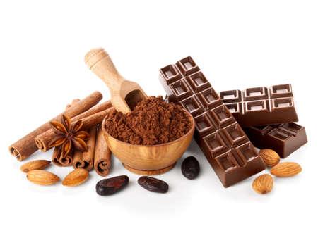 白い背景で隔離の食材を使ったチョコレートのバー 写真素材