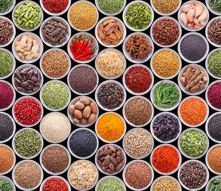 Seamless texture with spices and herbs over black background Standard-Bild