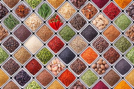 Naadloze textuur met specerijen en kruiden op een zwarte achtergrond Stockfoto