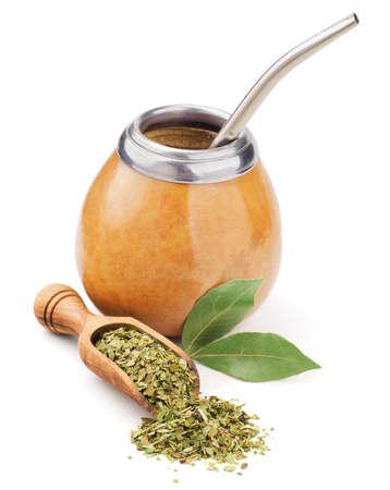 yerba mate: scoop con aislados en blanco seco yerba mate y calabaza Foto de archivo