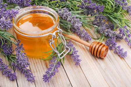jar van vloeibare honing met lavendel. kunstbloemen