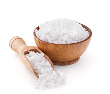 mar: Chipre escamas de sal de mar en un tazón de madera aislada sobre fondo blanco