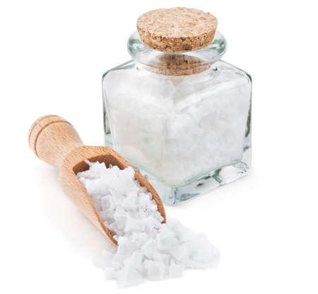 sal: Chipre escamas de sal de mar en una botella de vidrio aisladas sobre fondo blanco