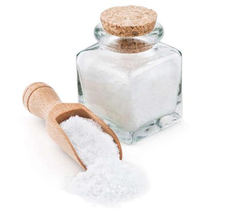 Regelmatige keukenzout in een glas bottlel op een witte achtergrond
