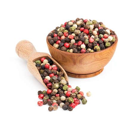 Peppercorn-Mix in einer Holzschale isoliert auf weißem Hintergrund