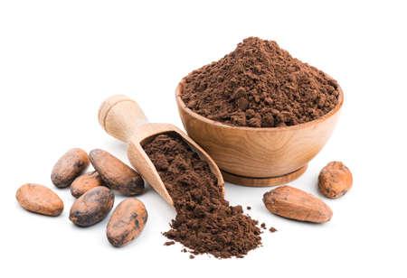 Cacao en polvo en un recipiente de madera aislado sobre fondo blanco Foto de archivo - 62510279