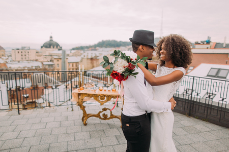 African wedding couple dances on the rooftop. Wedding day. Banque d'images