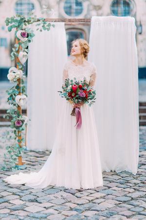 Gorgeous blonde Braut im Vintage-Spitzenkleid an ihrem Hochzeitstag.