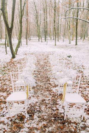 Weiß Vintage Hochzeit Stuhl im Herbst Wald.