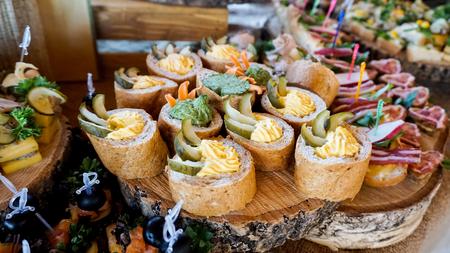 membrillo: Delicioso canapé con cebolla y crema en una tabla de madera. Foto de archivo