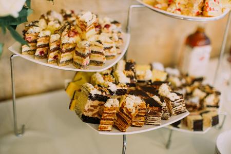 De samenstelling van de bruidstaarten met chocolade op de desset-standaard