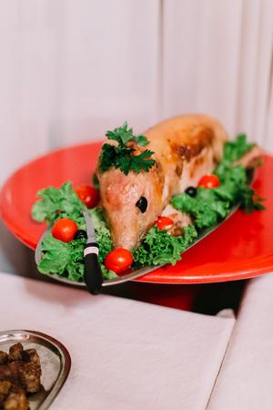料理は、さまざまな野菜と燻製豚から成っていた。結婚式のテーブル セット