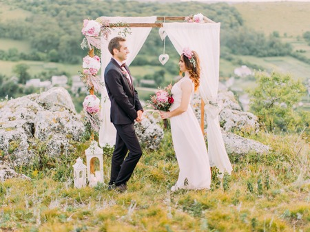 Horizontal view of the wedding ceremony in the mountains. Banque d'images
