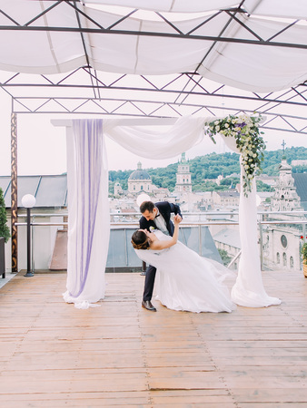 The dancing newlywed couple under the wedding arch. Stok Fotoğraf
