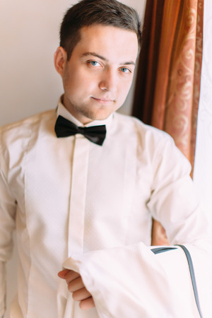 Portrait of the stylishly dressed groom. Banque d'images