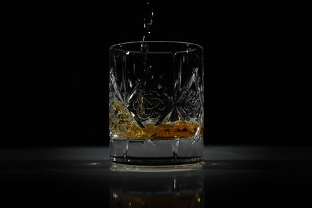 empty glass in which poured Scotch Banque d'images - 138577020