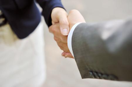 dando la mano: Negocios apretón de manos, hombres y mujeres