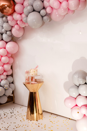 Delicious wedding reception. Birthday Cake on a background balloons party decor. Copy space. Celebration concept. Trendy Cake. Candy bar. Table with sweets, dessert. Foto de archivo