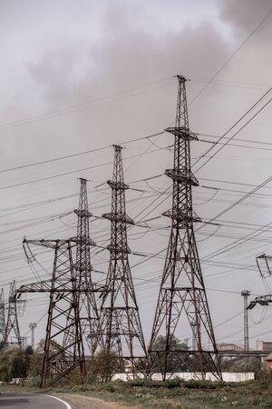 Poste de alta tensión o torre de alta tensión. enfoque selectivo.