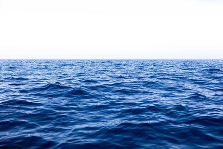 Tranquilo mar océano y fondo de cielo azul. Foto de archivo