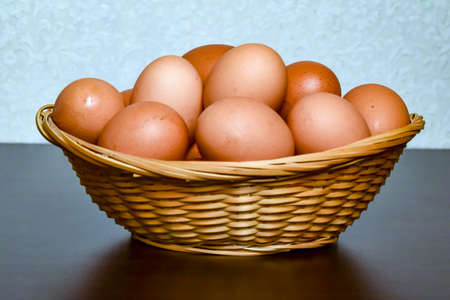 Cooking eggs are in the Easter basket. Banco de Imagens