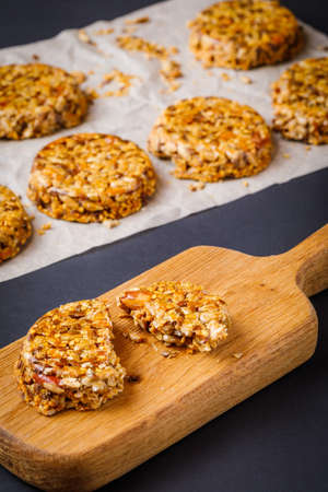 homemade healthy cookies made with sunflower seeds, sesame seeds, dry fruits and honey 版權商用圖片