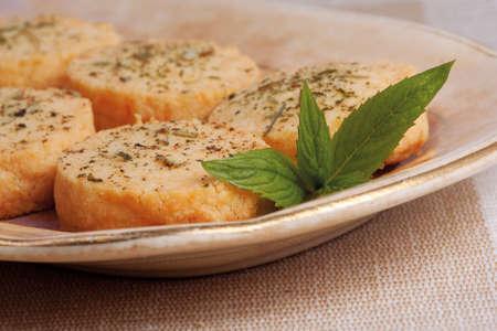 黒胡椒、ミントとローズマリーの焼きたてのパルメザン チーズ ビスケット 写真素材