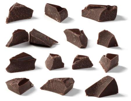 白い背景に分離したダーク チョコレート チャンク コレクション 写真素材