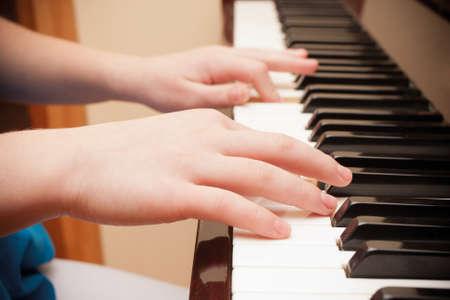 tocando el piano: Primer plano de ni�o